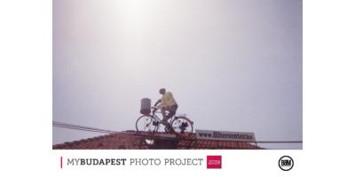 Biciklis a háztetőn