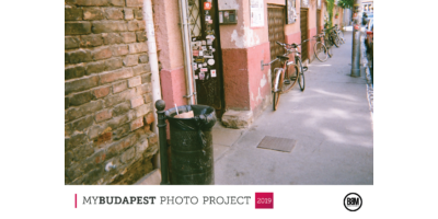 Várakozók - biciklik a falnál